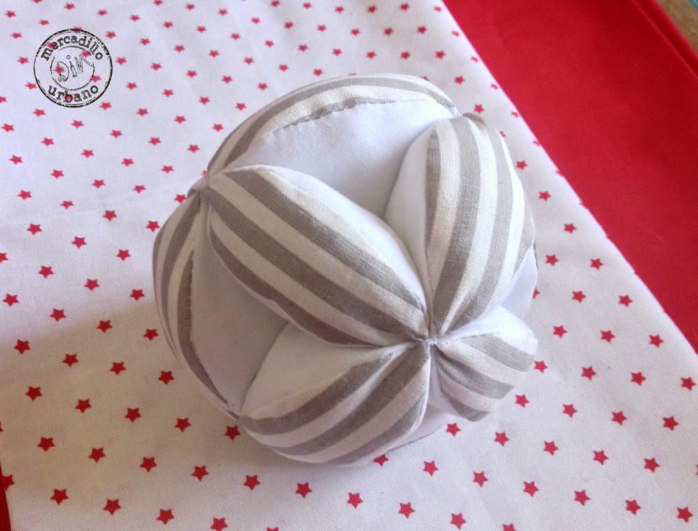 Pelota bebés Montessori, en blanco y gris, de Mercadillo Urbano DIM, Madrid, España pelota Montessori