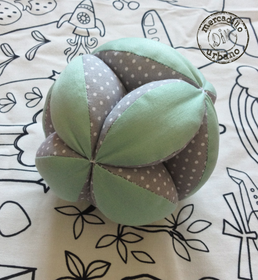 Pelota para bebes estilo Montessori en colo menta y gris a lunares blancos