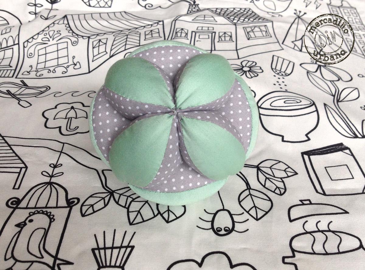 Pelota para bebes Montessori en colo menta y gris a lunares blancos