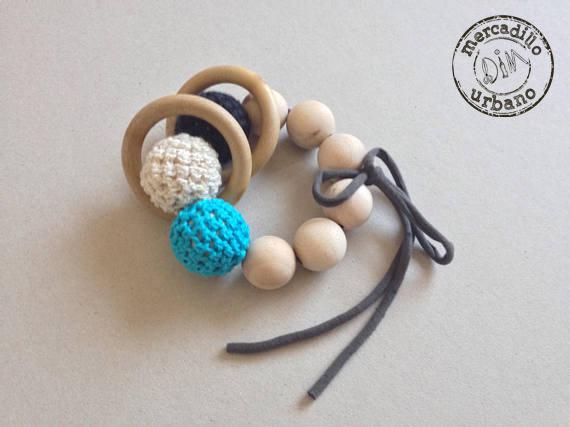 sonajero para bebes, estilo montessori, sonajero de madera en blanco, turquesa y azul oscuro