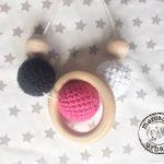 collar de lactancia Montessori para bebes, de madera en blanco, rosa y gris oscuro