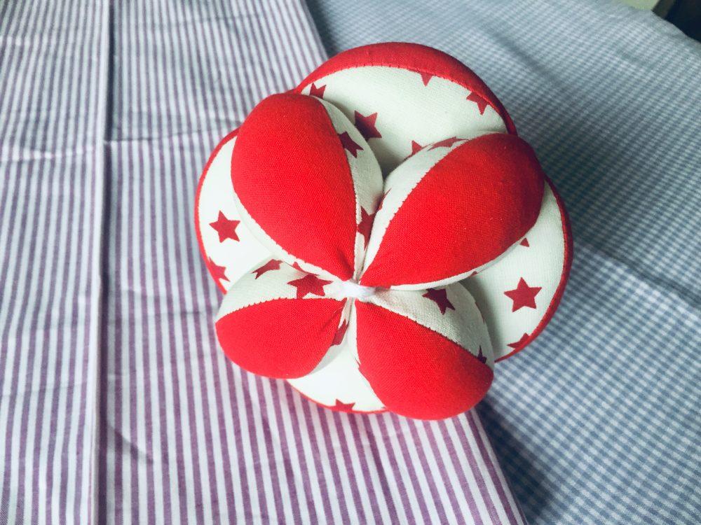 Pelota para bebes Montessori rojo y blanco estrellas