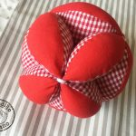Pelota para bebes Montessori rojo y blanco vichy