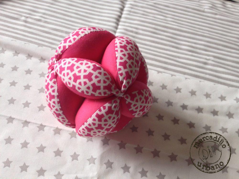 Pelota para bebes Montessori hexágonos rosa fucsia