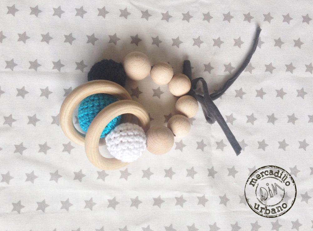 sonajero Montessori para bebes, de madera en blanco, turquesa y gris oscuro