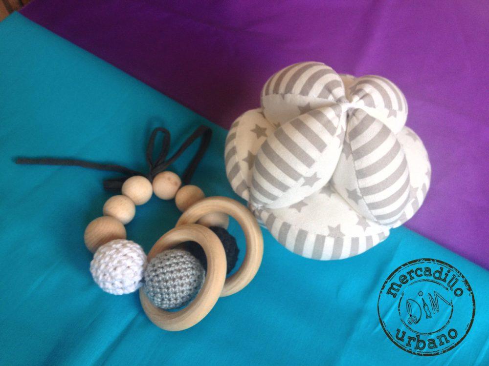 kit 2 regalos Montessori para bebés, pelota y sonajero de madera en tonos rojos