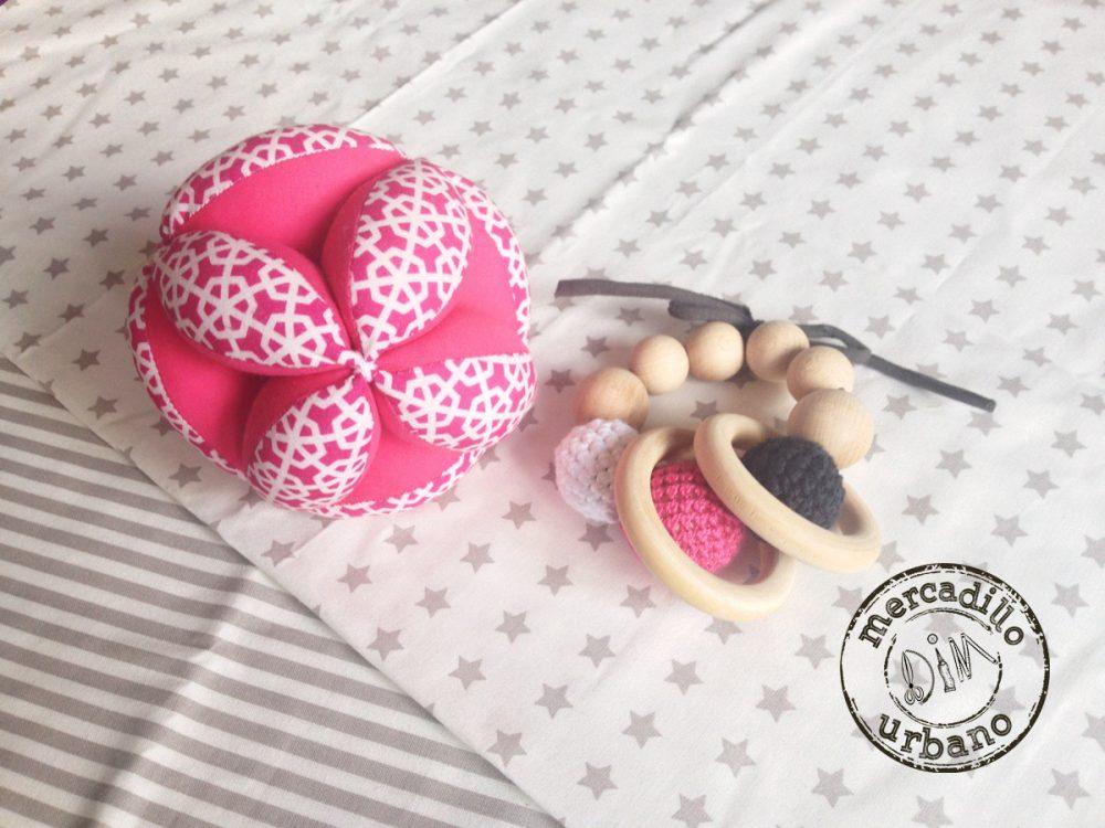 kit 2 regalos Montessori para bebés, pelota y sonajero de madera en tonos rosa fucsia