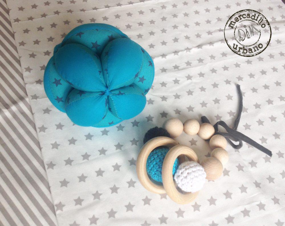 kit 2 regalos Montessori para bebés, pelota y sonajero de madera en tonos turquesa
