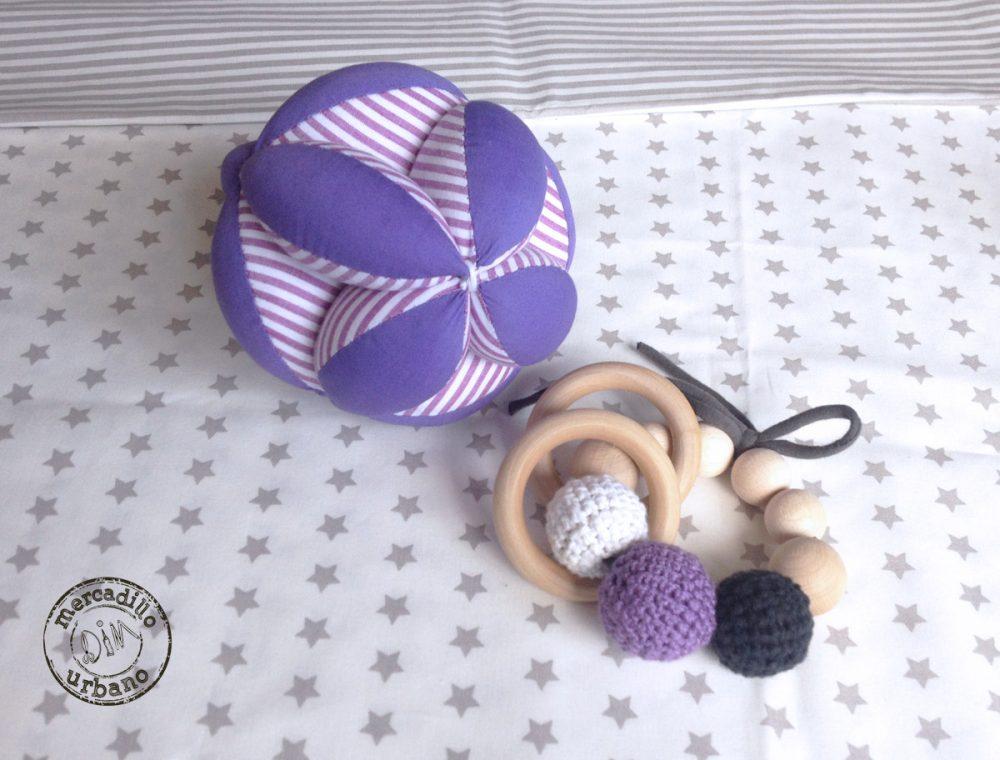 kit 2 regalos Montessori para bebés, pelota y sonajero de madera en tonos morado