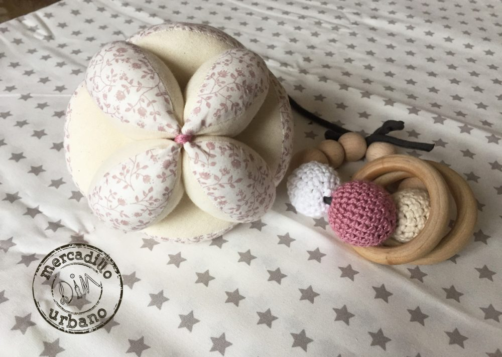 kit 2 regalos Montessori para bebés, pelota y sonajero de madera en tonos rosa viejo